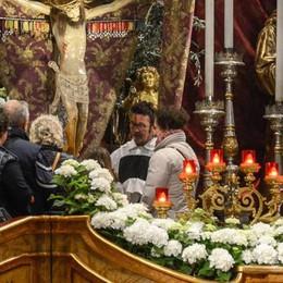 Il rito del bacio e il vescovo in Duomo  Al Crocifisso il via alla Settimana santa