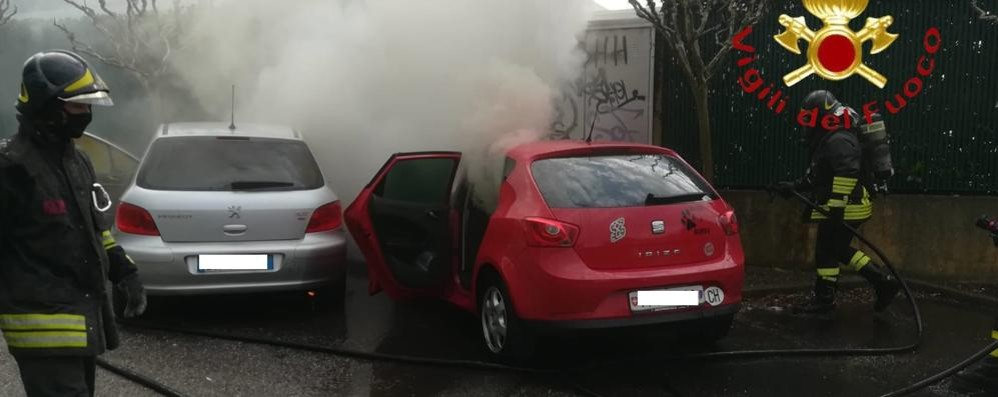 Auto in fiamme a Sagnino Intervengono i pompieri