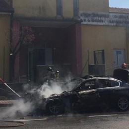 Auto in fiamme davanti all'asilo I vigili del fuoco  a Tavernerio   Qui e qui i due  video dell'incendio