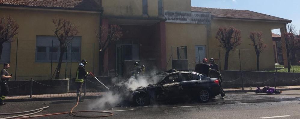 Auto in fiamme davanti all'asilo I vigili del fuoco  a Tavernerio   Qui e qui i due  video dell'incendio