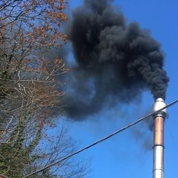 Fumo nero nel cielo di Villa Guardia  Ma l'Arpa rassicura: «Nulla di tossico»