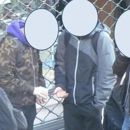Spaccia droga agli studenti Minorenne denunciato