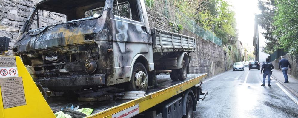 Via Bixio, camion in fiamme Strada chiusa e caos in città