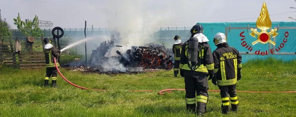 In fiamme catasta di legno  Vigili del fuoco a Cirimido