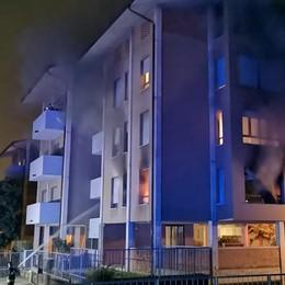 Violento incendio in un condominio di Arosio