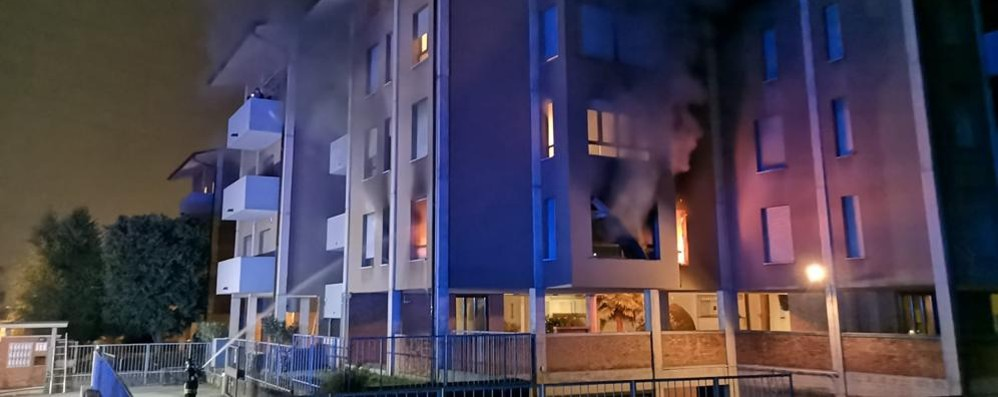 Violento incendio in un condominio di Arosio
