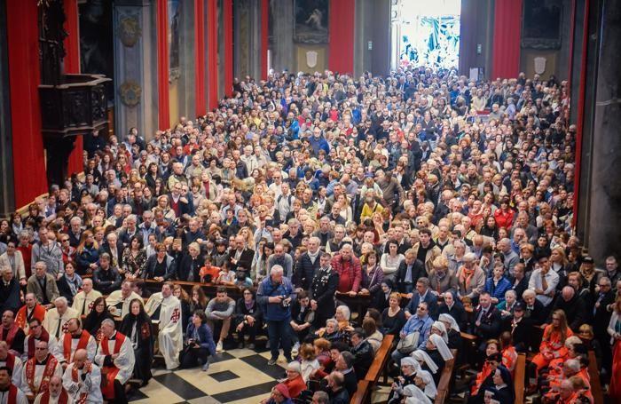 Folla nella basilica del Santissimo Crocifisso