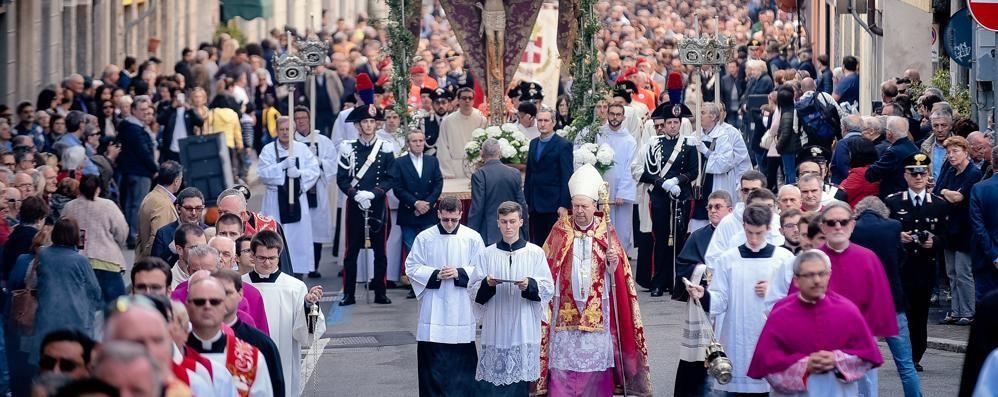«Aprite le porte a chi ha bisogno» Quindicimila fedeli alla processione