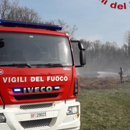 Incendio in un campo Pompieri a Cassina Rizzardi
