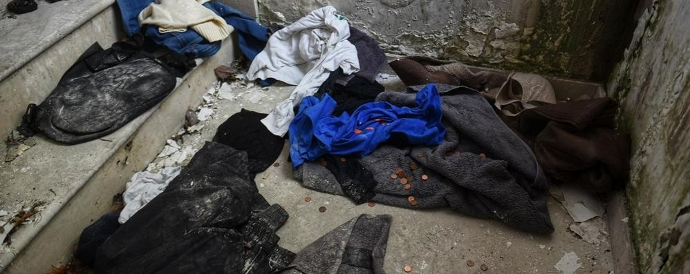 Bruciano rifiuti e materassi Degrado e paura a Camerlata