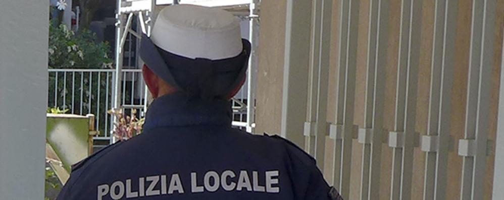 Pensionata mette in fuga i truffatori  Avevano pettorina e divisa da vigile