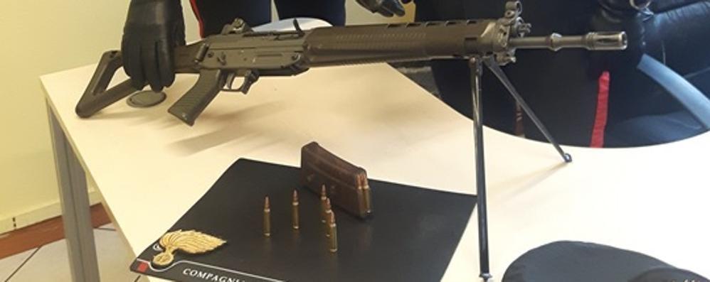Scoperti con un'arma da guerra  Arrestati dai carabinieri a Cantù