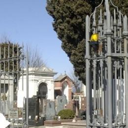 Cimitero di Olgiate, via anche i fiori finti  «Non serve la telecamera all'esterno»