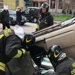 Auto ribaltata a Olgiate  Ferita lieve in ospedale