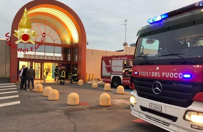 I mezzi dei pompieri all'esterno del centro commerciale