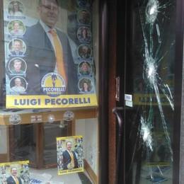 Elezioni a Fino Mornasco:   picconate sulla vetrina della Lega