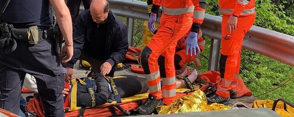 Cade in bici nella scarpata  Ferita turista malese