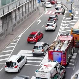 Scontro tra auto e moto in via Masia Ed è subito polemica sui paletti