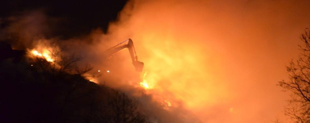 Incendio alla discarica di Mariano  Pompieri al lavoro anche di notte   Qui l'altro video dell'intervento