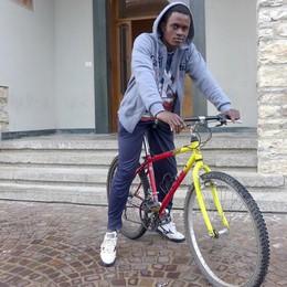 La generosità degli erbesi  Una bici nuova per Lamin