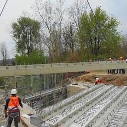 Novedratese, ecco il nuovo ponte  «Ma il traffico fa impazzire tutti»