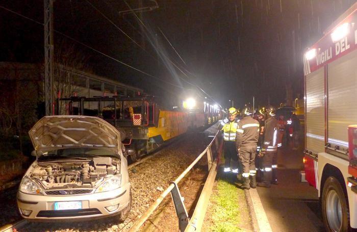 ERBA - Auto travolta da un treno al passaggio a livello di via Trieste