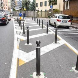 Viale Masia, contestati i paletti  «Un pericolo per moto e bici»