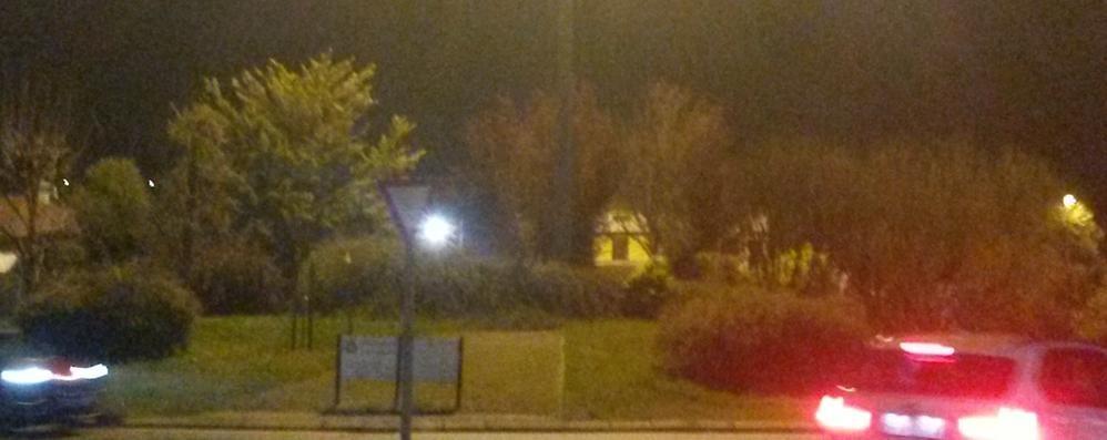 Dopo le proteste illuminato il rondò  Ma a Olgiate la Statale resta al buio