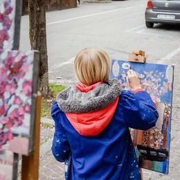 Il pittore e la piccola artista  La magia dei ciliegi in fiore  nel dipinto della bambina