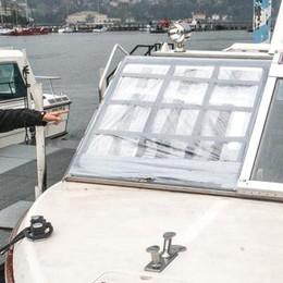 Sasso contro la barca, vetri rotti  «Preso dalla fontana in piazza»