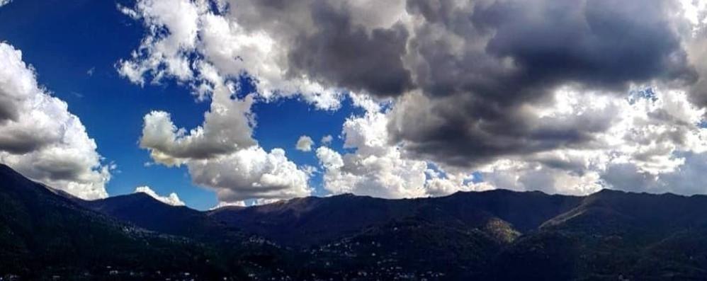 Nuvoloni neri sulla provincia di Como Pioggia in arrivo e ombrelli aperti