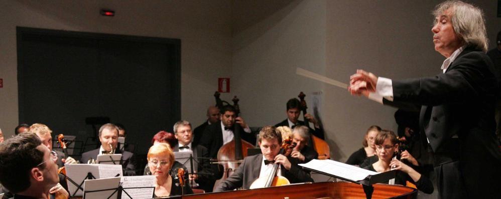 Concorso pianistico verso le semifinali  Giro del mondo con l 'orchestra rumena