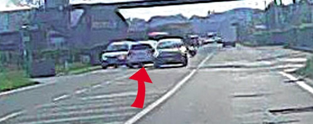 Erba, slalom contromano tra le auto  Paura sul rettilineo di Lariofiere (video)