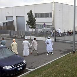 In troppi alla preghiera, arrivano i vigili  «Cantù, via il permesso al Ramadan»