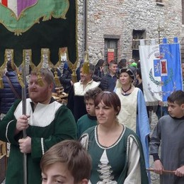 Erba, tuffo nel Medioevo  tra arcieri e cavalieri