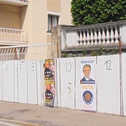 """Veleni sulle elezioni a Cantù  Manifesti strappati e affissioni """"abusive"""""""