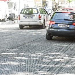 Asfalti, caos per un tubo  Proteste in via per Brunate