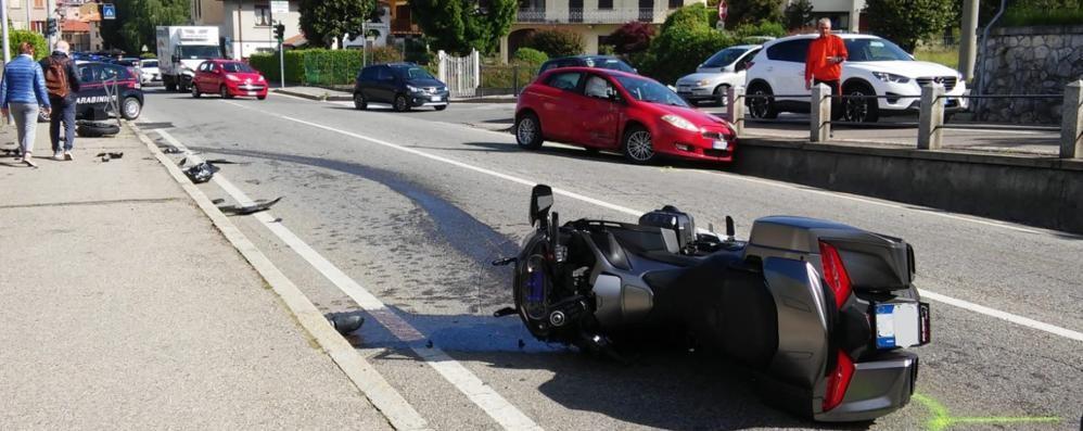 Scontro tra scooter e auto Un uomo ferito  a Olgiate