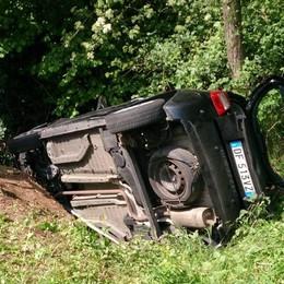 Cadorago, nel fosso per evitare pedone Soccorsa ragazza imprigionata in auto