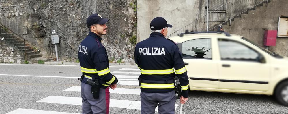 Insulta i poliziotti e scappa in A9  Grandate, denunciato