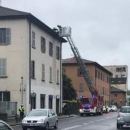 Como, tegole pericolanti I pompieri in via Paoli