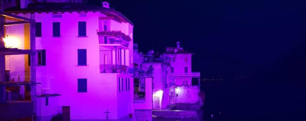 C'è il Giro, luci rosa nei paesi del lago  Ma la città è in ritardo