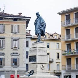 Via la cravatta rosa da Garibaldi  «Tutto previsto, era un flashmob»