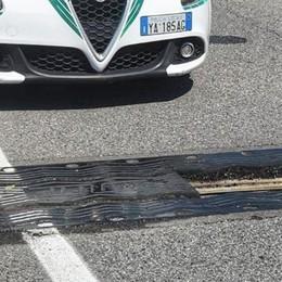 Viadotto, salta una griglia  Intervengono i vigili