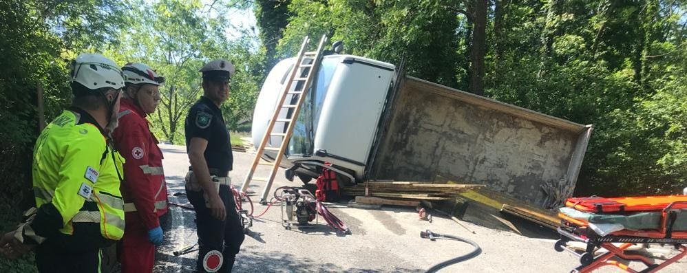 Castelmarte, camion si ribalta  Grave l'uomo che lo guidava