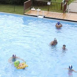 Olgiate, via la passerella  Riapre a sorpresa la piscina esterna