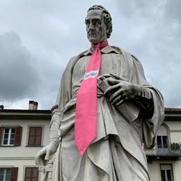 Giro d'Italia a Como  Cento negozi del centro addobbati  Maxi cravatte su Volta e Garibaldi