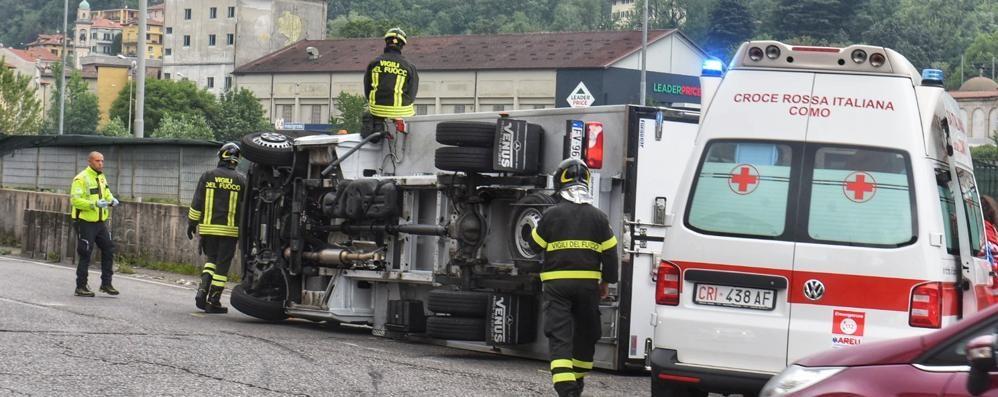 Como, camion si ribalta in via Grandi  Traffico bloccato per due ore (video)