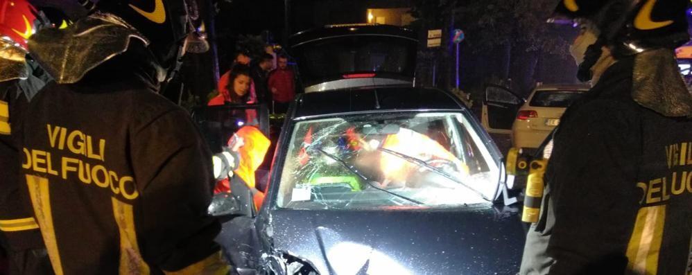 Guanzate, scontro tra due auto  Ragazzo incastrato nella vettura