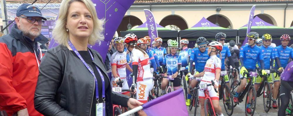 Erba, folla in piazza per il Giro E  C'era anche l'ex campionessa D'Angelo